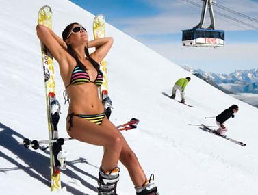 jeune-fille-maillot-de-bain-montagne-ski-neige